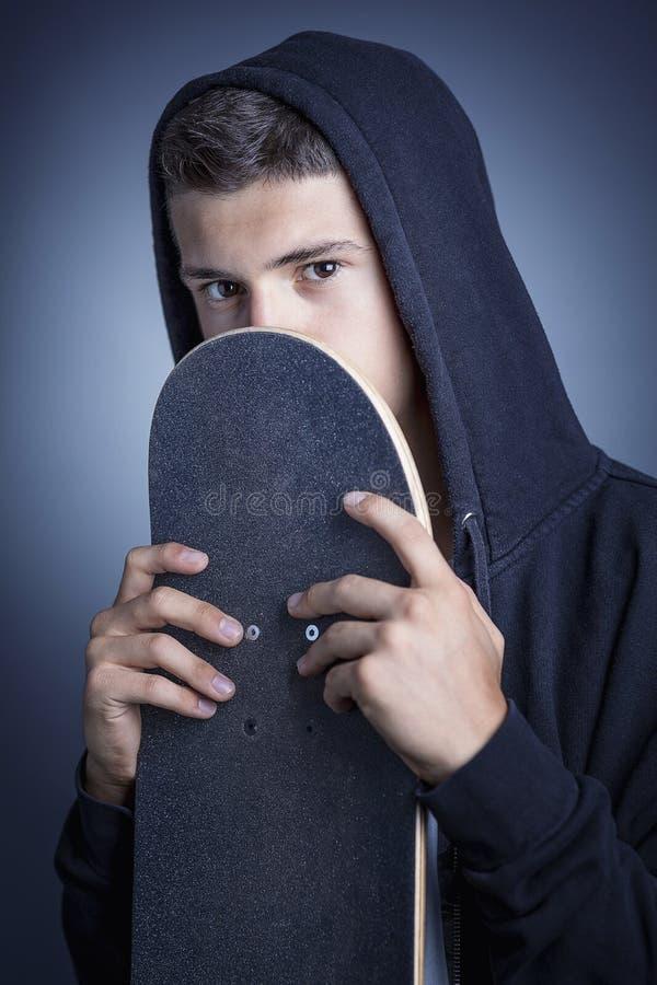 Skateboarder con la maglia con cappuccio immagine stock