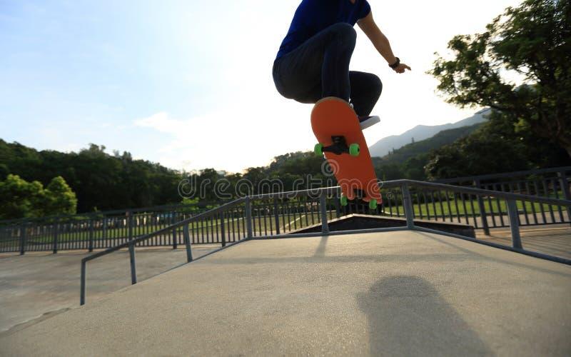 Skateboarder die bij skatepark met een skateboard rijden royalty-vrije stock afbeelding