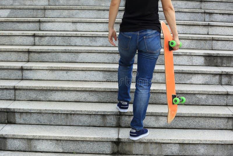 Skateboarder die boven met een skateboard lopen royalty-vrije stock fotografie