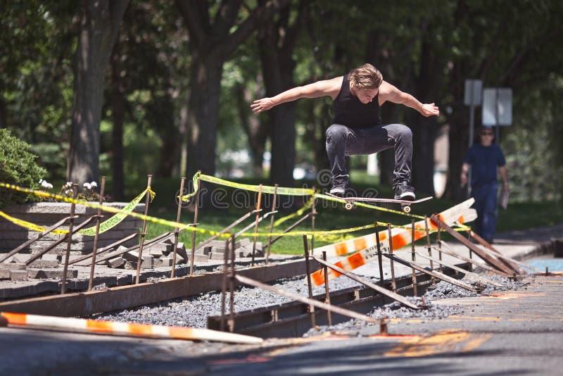 Skateboarder die een Ollie-truc over bouw doen royalty-vrije stock foto