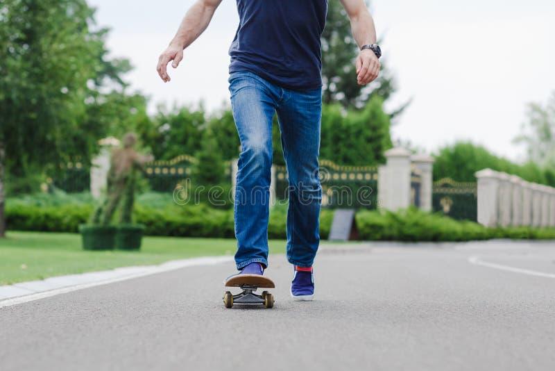 Skateboarder die een skateboardtruc doet stock foto