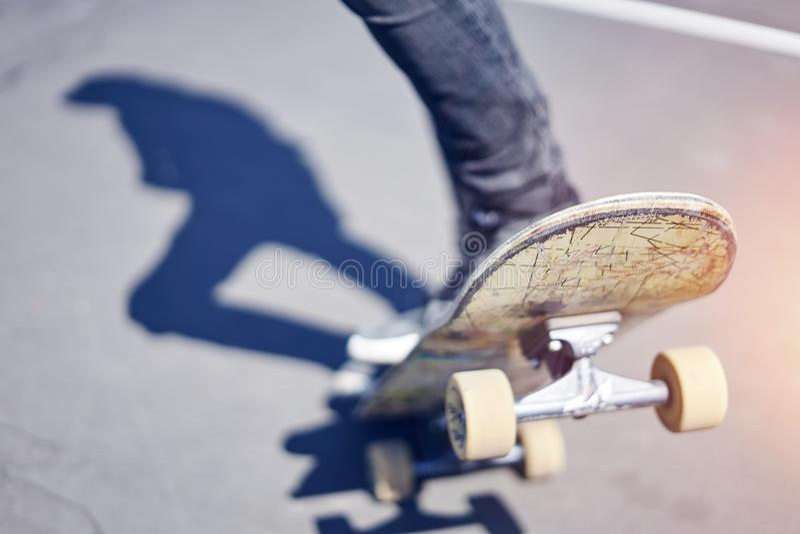 Skateboarder die een truc in een vleetpark doen, close-up oud skateboard royalty-vrije stock foto