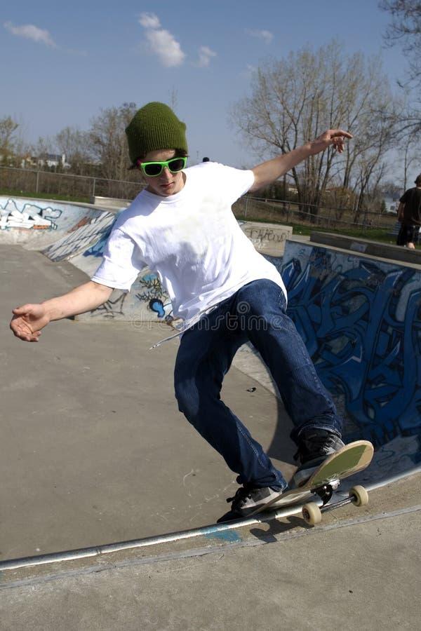 Skateboarder die trucoprit doet stock foto's
