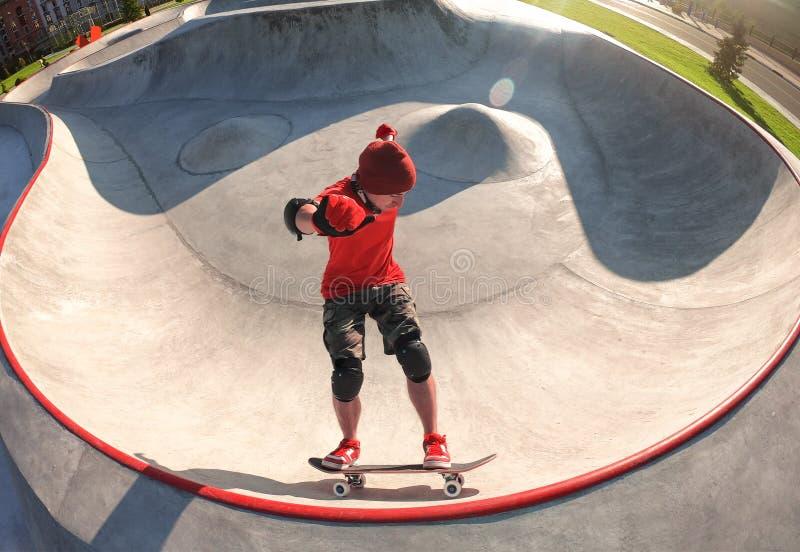 Skateboarder en la piscina de skatepark foto de archivo
