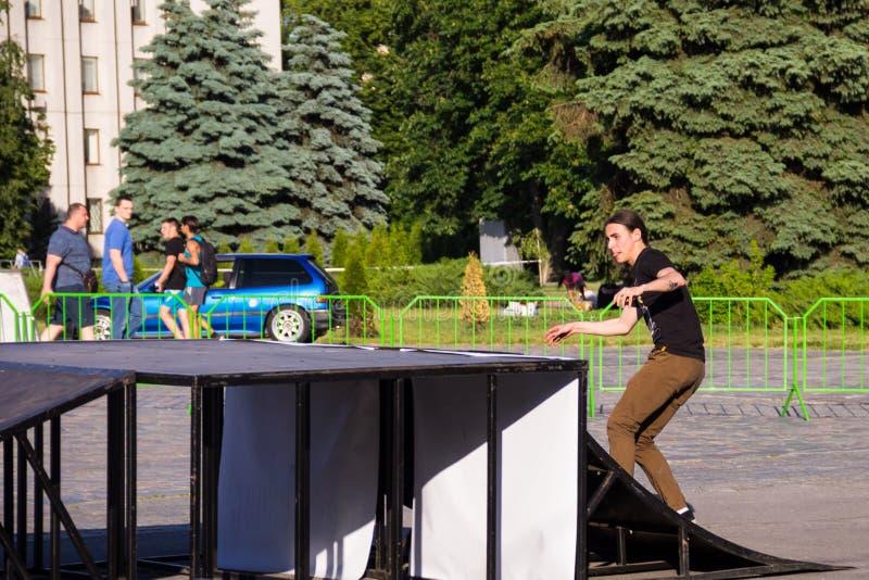 Skateboarder haciendo un truco en un parque de patinaje foto de archivo libre de regalías