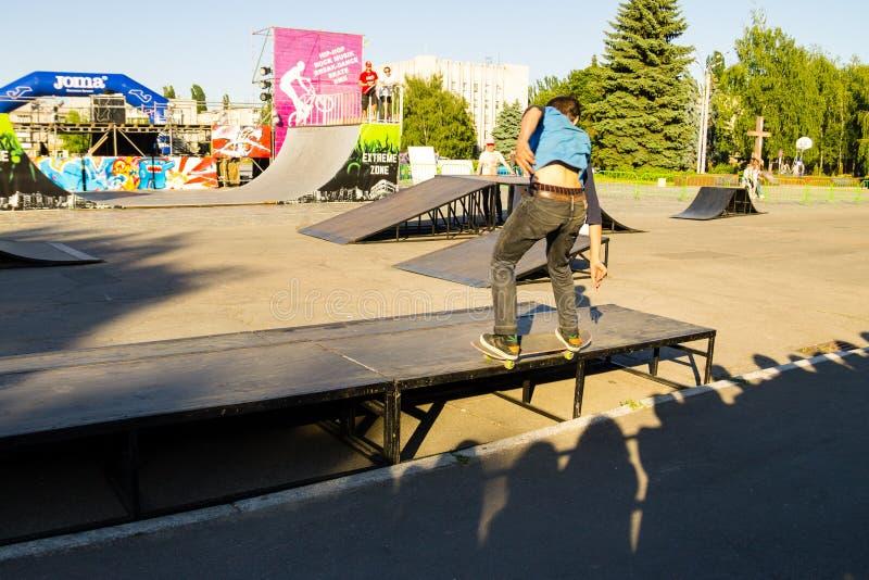 Skateboarder haciendo un truco en un parque de patinaje imagen de archivo libre de regalías