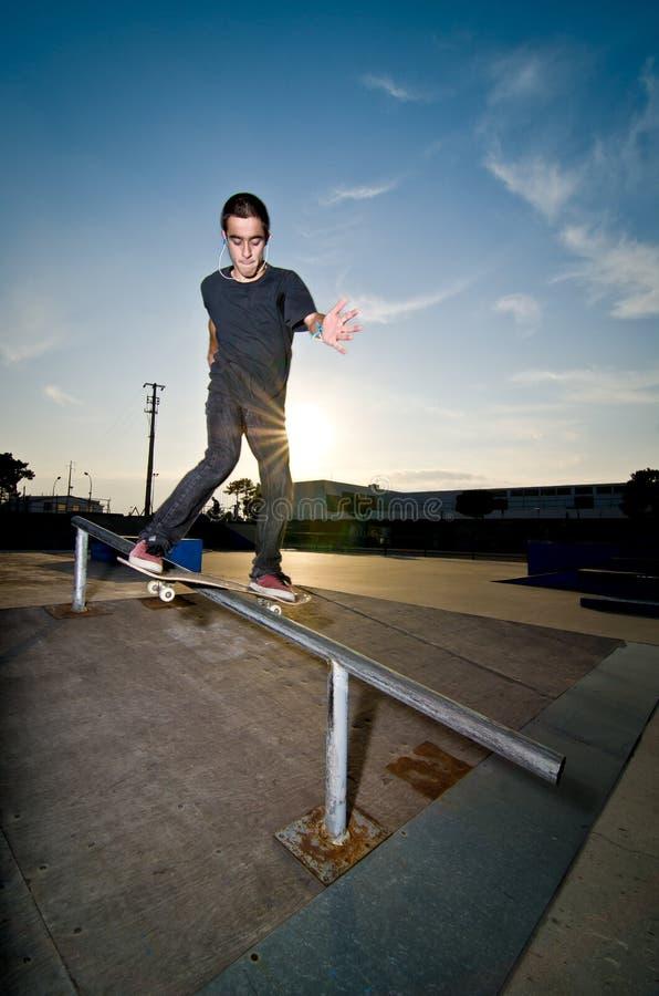 Skateboarder op een dia stock afbeeldingen