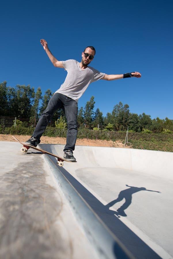 Skateboarder op een dia stock afbeelding