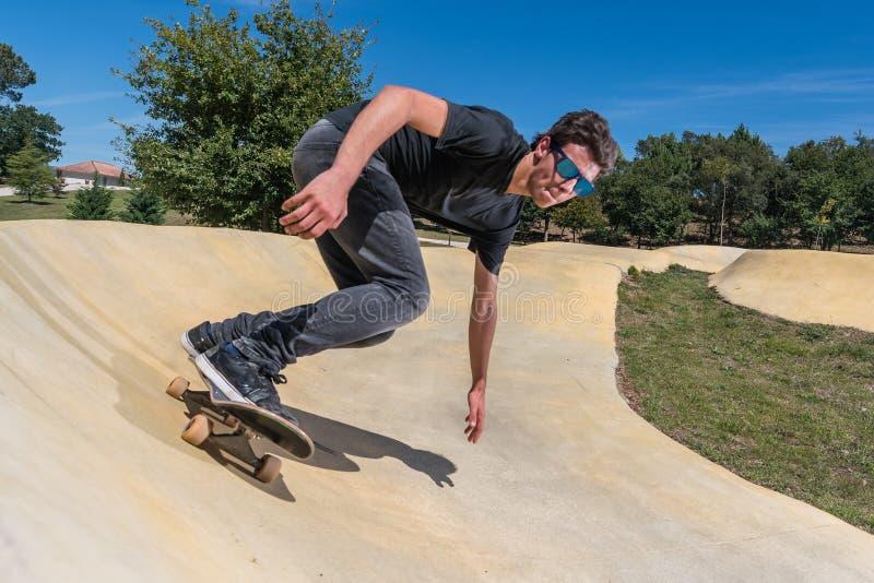 Skateboarder op een park van het pompspoor stock foto's