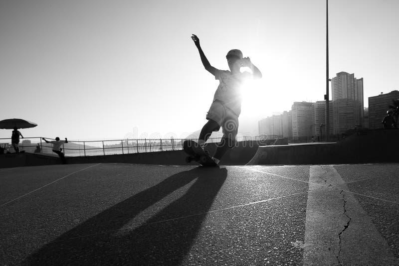 Skateboarder salta en parque de patinaje en Santos, Brasil fotografía de archivo
