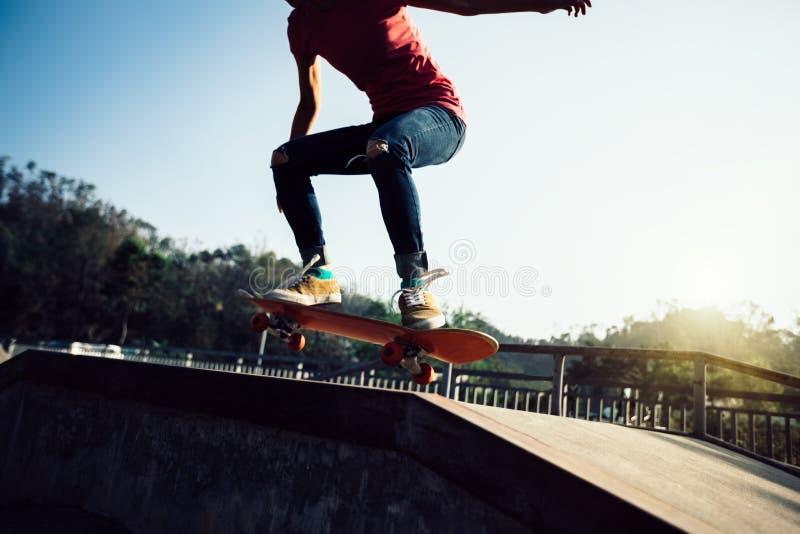 Skateboarder som skateboarding på skatepark royaltyfri fotografi