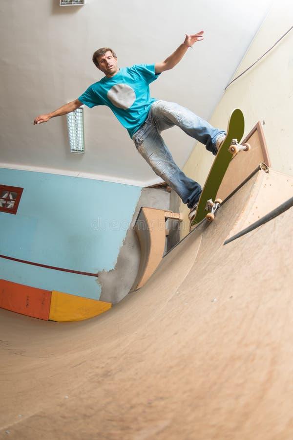 Skateboarder som utför ett trick royaltyfria bilder