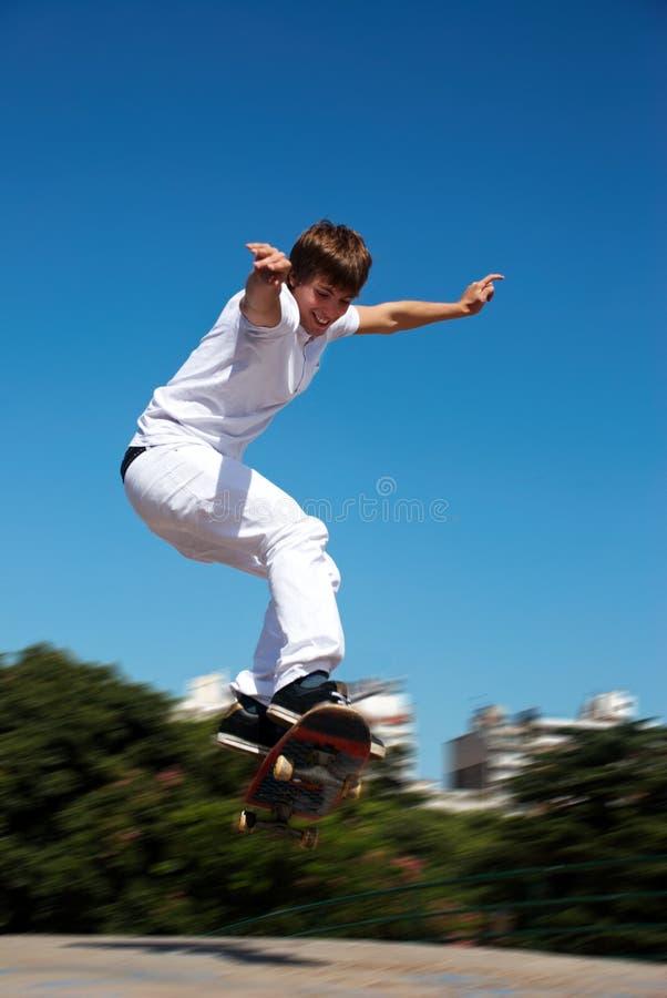 Skateboarder su un salto fotografie stock