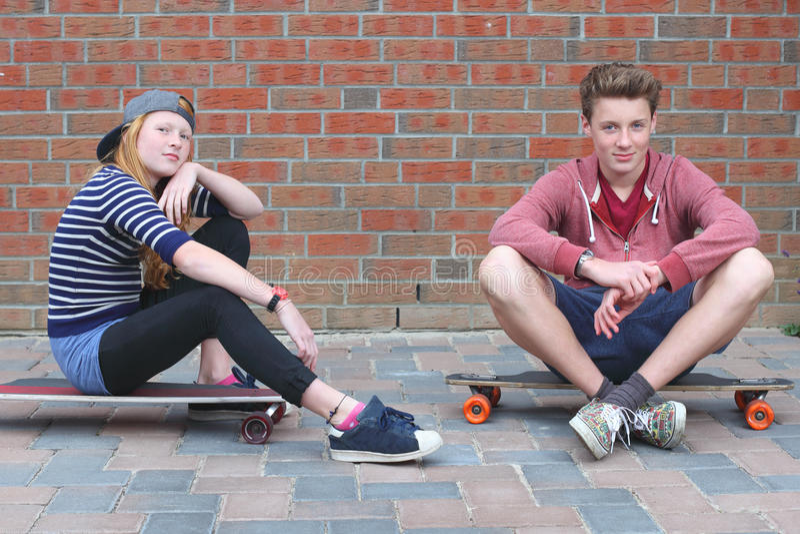 Skateboarder två royaltyfria bilder