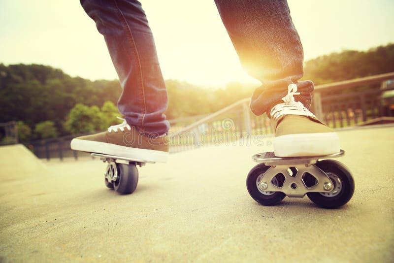 Skateboarderbenen die op freeline bij skatepark berijden stock foto's