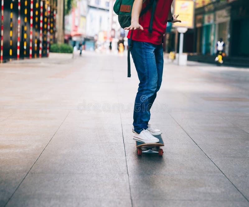 Skateboarderbenen die skateboard berijden royalty-vrije stock afbeeldingen