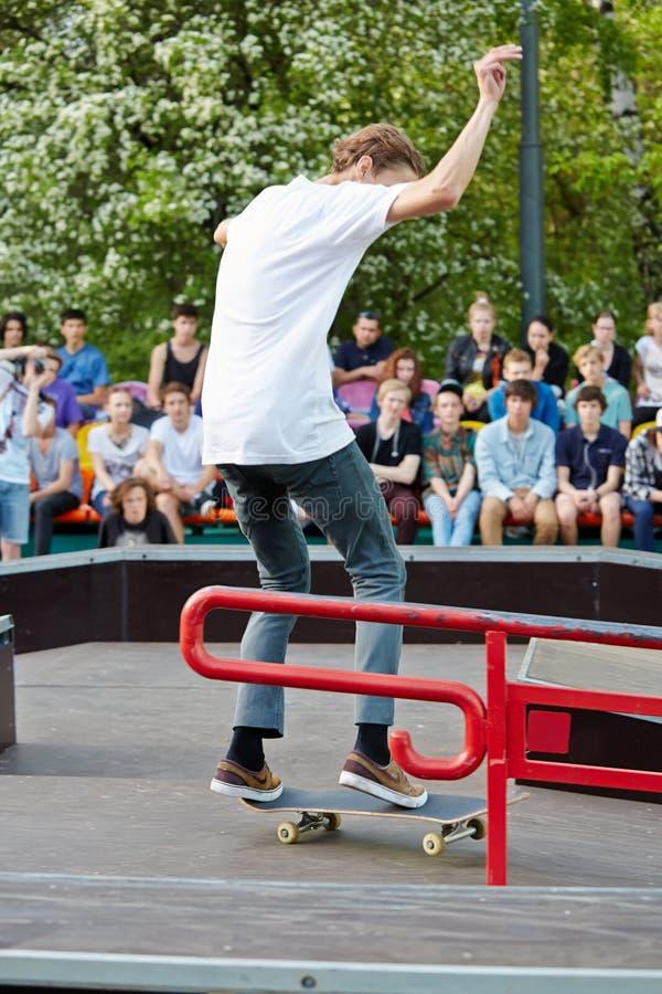 Skateboarderprestaties bij het openen van skatepark royalty-vrije stock afbeeldingen