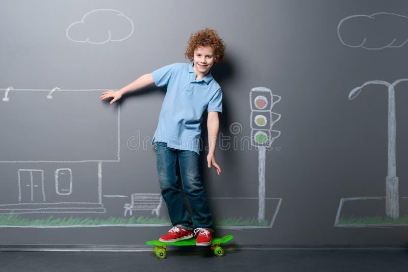 Skateboarderridning på gatan royaltyfri fotografi