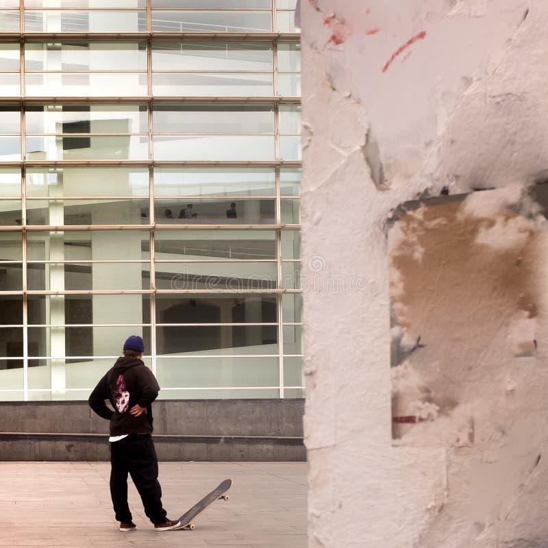 Skateboardfahrer außerhalb MACBA, das Barcelona-Museum der zeitgenössischer Kunst in Barcelona, Spanien lizenzfreie stockfotos