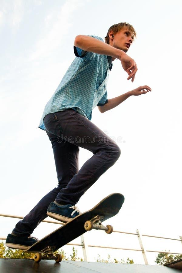 Skateboardfahrer auf Anfang lizenzfreie stockfotografie
