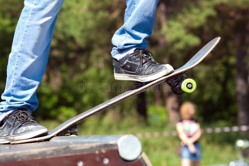 Skateboardfahrer auf Anfang lizenzfreies stockbild