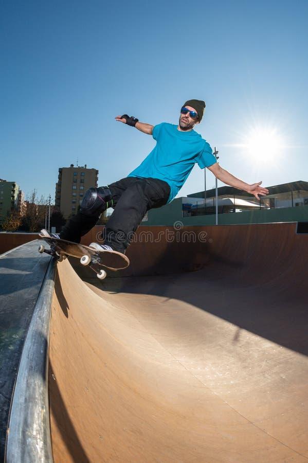 Skateboardfahrer auf einem Schleifen stockfoto