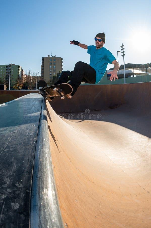 Skateboardfahrer auf einem Schleifen stockbild
