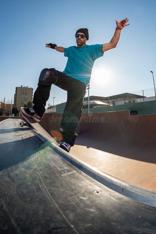 Skateboardfahrer auf einem Schleifen lizenzfreies stockbild
