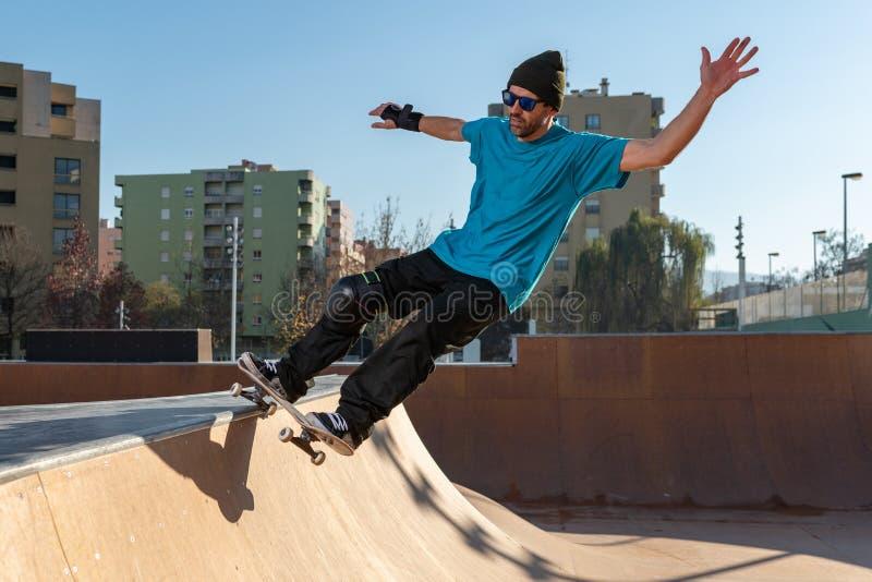 Skateboardfahrer auf einem Schleifen lizenzfreie stockfotografie