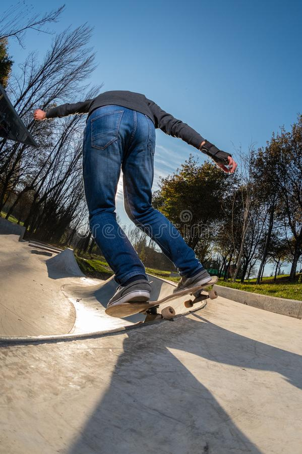 Skateboardfahrer auf einem Schleifen lizenzfreies stockfoto