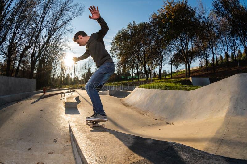 Skateboardfahrer auf einem Schleifen lizenzfreie stockfotos