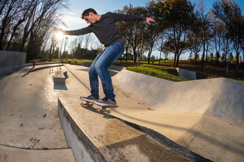 Skateboardfahrer auf einem Schleifen lizenzfreie stockbilder