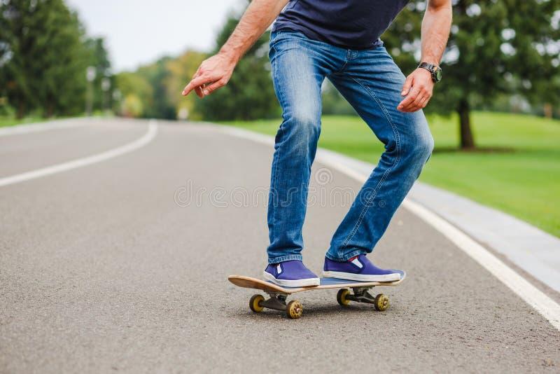 Skateboardfahrer, der einen Skateboardtrick tut lizenzfreie stockfotos