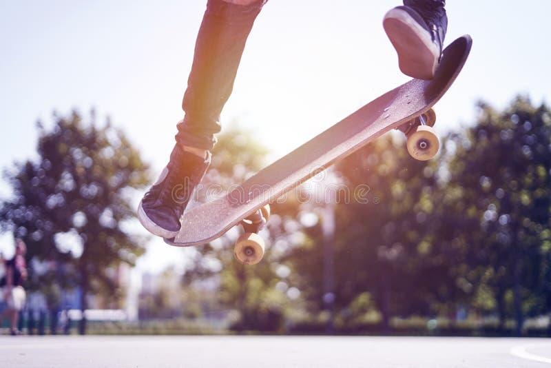 Skateboardfahrer, der einen Trick in einem Rochenpark, Praxisfreistil-Extremsport tut lizenzfreie stockbilder