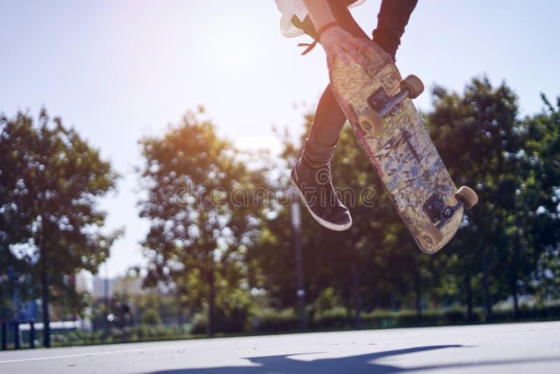 Skateboardfahrer, der einen Trick in einem Rochenpark, Praxisfreistil-Extremsport tut lizenzfreie stockfotos