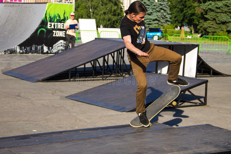 Skateboardfahrer, der einen Trick in einem Rochenpark tut lizenzfreie stockfotografie