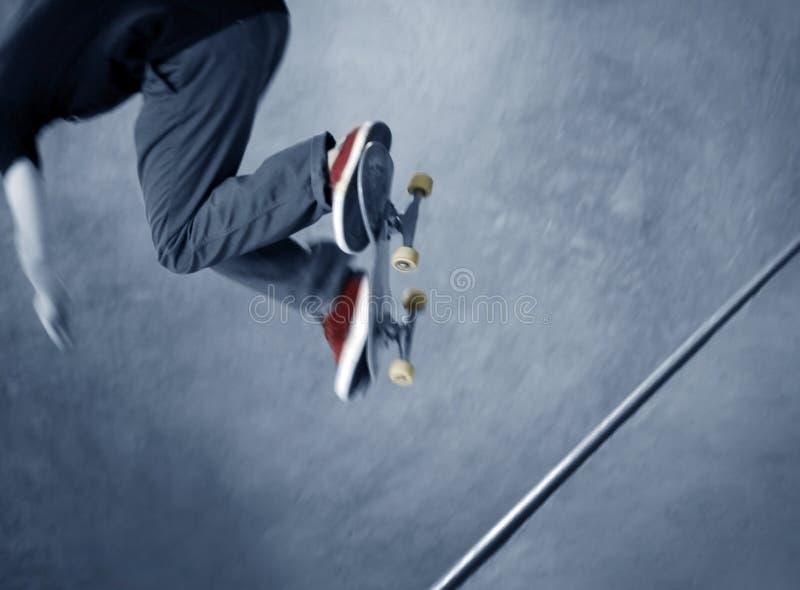 Skateboardfahrer, der einen Trick tut stockfotografie
