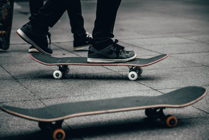 Skateboardfahrer, die in ein skatepark Skateboard fahren lizenzfreie stockbilder