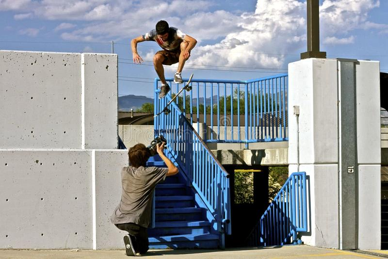Skateboardfahrer-reibender Handlauf lizenzfreies stockfoto