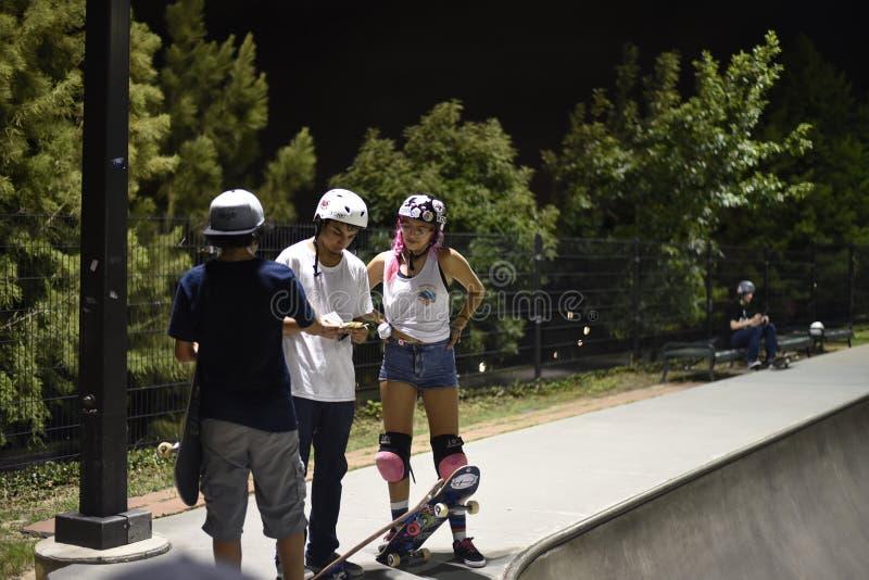 Skateboardfahrer am skatepark stockbild