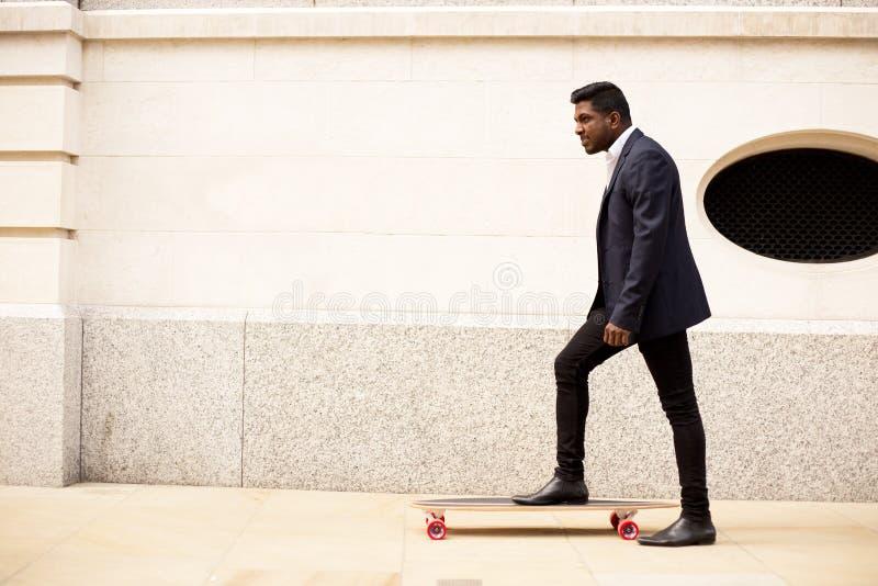 Skateboarding в городе стоковое фото rf