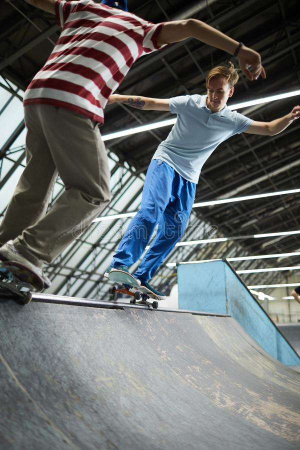 Skateboarding в центре parkour стоковые изображения rf