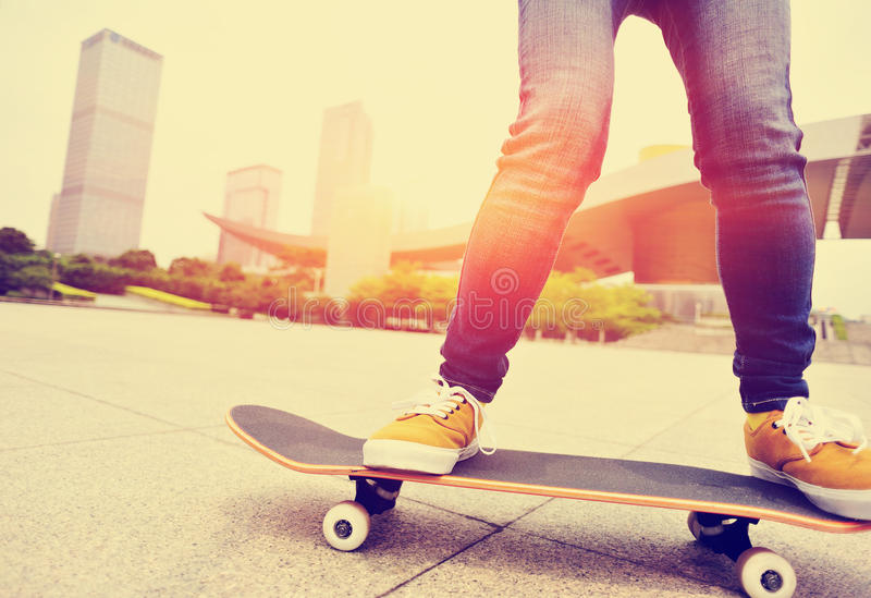 Download Skateboarding женщина в городе Стоковое Изображение - изображение насчитывающей воссоздание, практика: 40587447