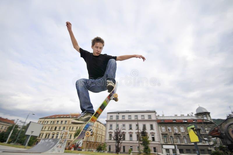 Skateboarding мальчика практикуя стоковое изображение rf