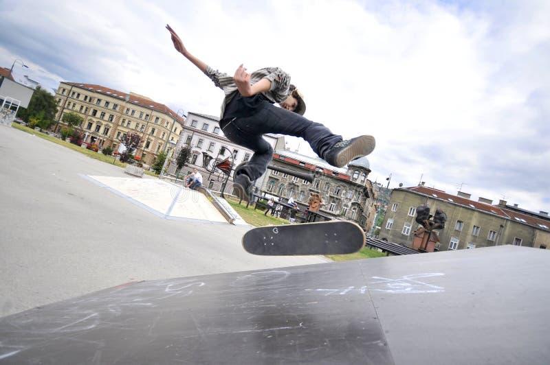 Skateboarding мальчика практикуя стоковые фотографии rf