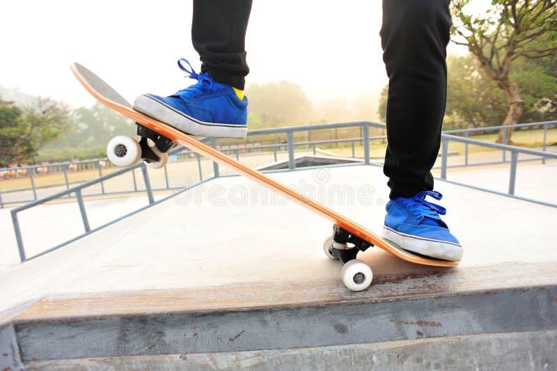 Download Skateboarding ноги стоковое фото. изображение насчитывающей малыш - 40589716