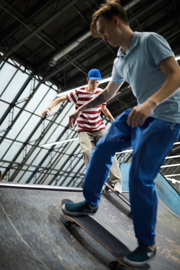 Skateboarding парни стоковая фотография rf