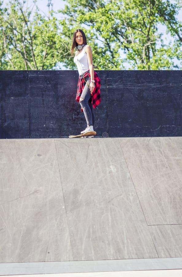 Skateboarding da menina do skater exterior imagem de stock royalty free