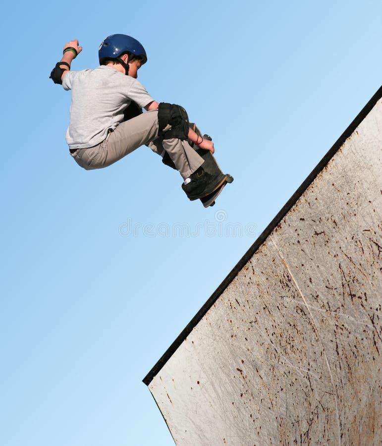 Skateboarding de garçon photographie stock libre de droits