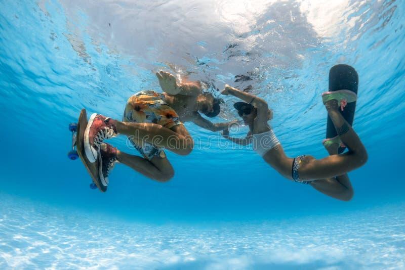 Skateboarding debaixo d'água foto de stock royalty free